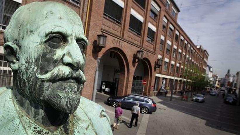 Die Statue des Firmengründers Adam Opel vor dem Hauptportal des Opel-Stammwerks