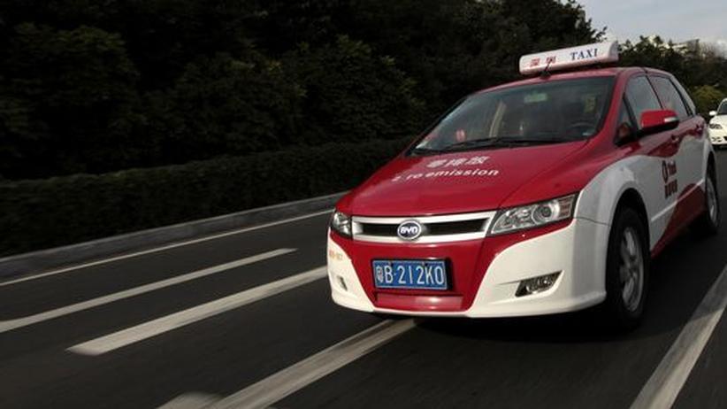 Ein Elektroauto e6 des chinesischen Herstellers BYD ist in Shenzhen als Taxi unterwegs (Archivbild).