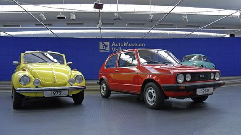 Ein Käfer-Cabrio von 1972 und ein Golf Diesel der ersten Generation von 1980 im Automuseum von Volkswagen