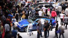 Besucher am Porsche-Stand auf dem Pariser Autosalon