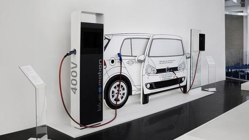 Volkswagen stellte im Sommer 2011 in Berlin eine Ladesäule und eine Wallbox vor – Besucher konnten ausprobieren, wie Elektroautos aufgeladen werden.