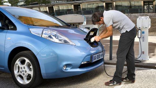 Nissan Leaf an einer Ladesäule