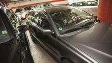 Eine Frau parkt ihr Auto in einem Parkhaus.