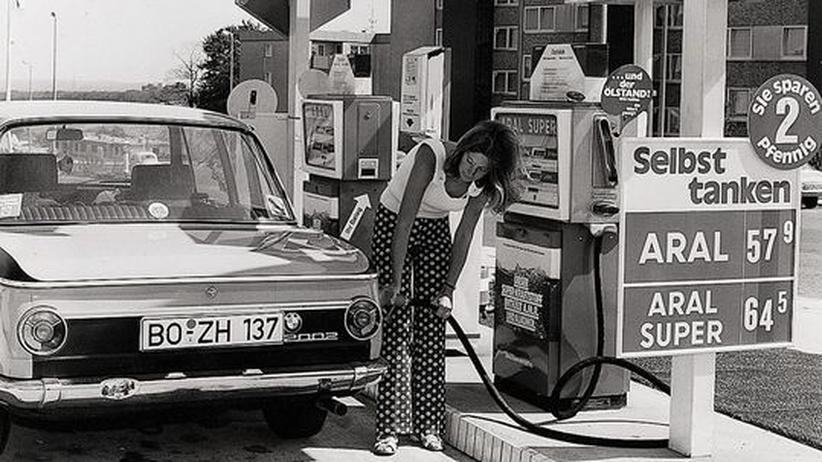 In den 1970er Jahren lockten erste SB-Tankstellen damit, dass der Sprit bei ihnen günstiger sei.