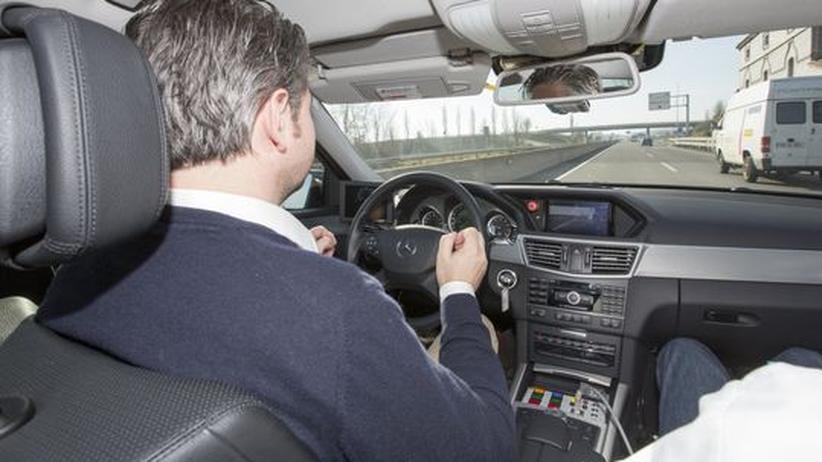 Autonomes Fahren: Der Wagen lenkt, der Fahrer liest