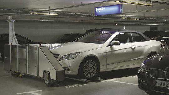 Das Einparksystem von Serva Transport Systems setzt in einem Parkhaus ein Auto in einen Stellplatz.