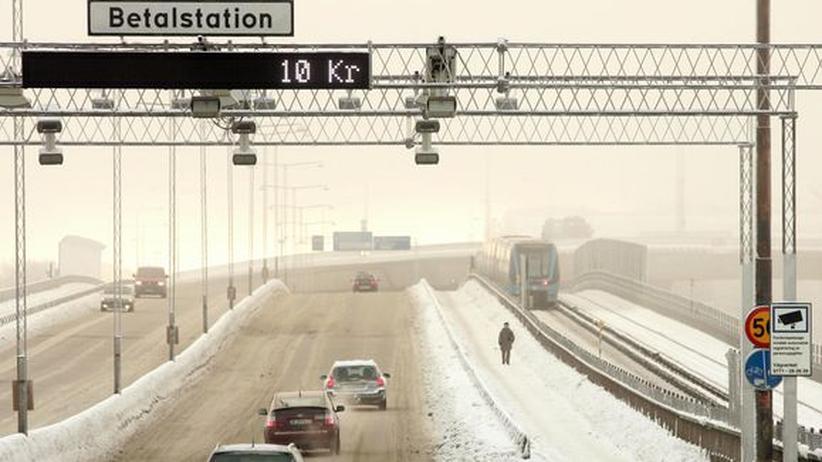 Autos passieren in Stockholm eine Mautstation mit Kameras (Archivbild).