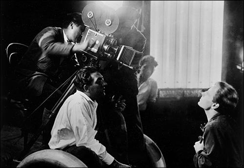 Fritz Lang (li.) gibt seinem Hauptdarsteller Gustav Fröhlich (re.) Anweisungen. Fröhlich, damals einer der populärsten deutschen Schauspieler, spielt den Sohn des Herrschers von Metropolis, Freder Fredersen, der sich in ein Mädchen aus dem Arbeiterheer seines Vaters verliebt