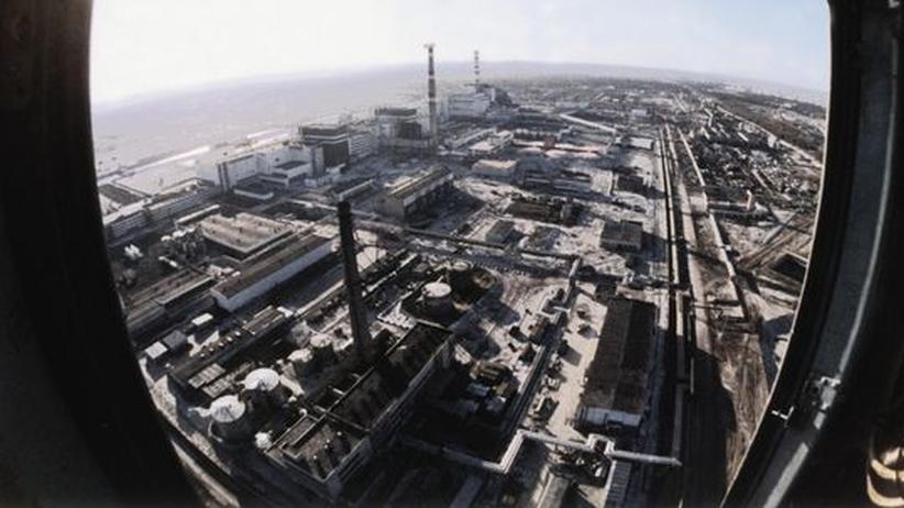 Energiepolitik: Nach dem Super-GAU: Eine Luftaufnahme des AKW in Tschernobyl, aufgenommen Ende 1986