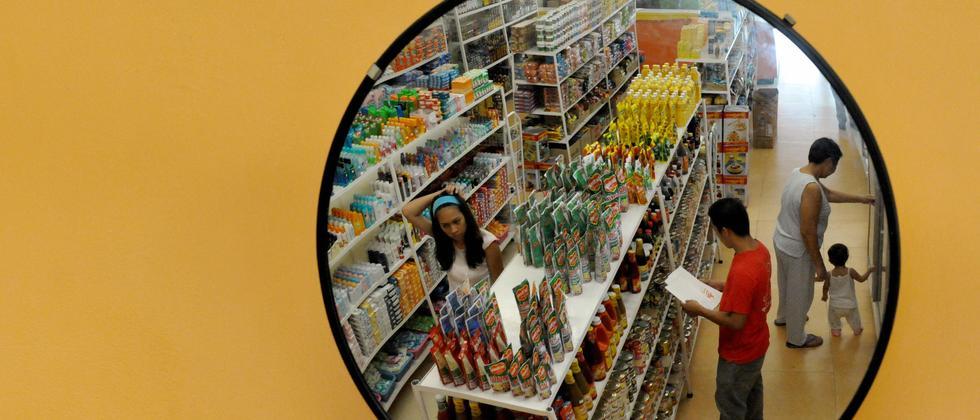 Kunden in einem Supermarkt in Manila