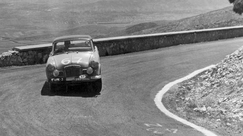 Ein Rallyewagen in der Kurve