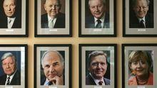 Die bisherigen acht Kanzler der Bundesrepublik: Konrad Adenauer, Ludwig Erhard, Kurt-Georg Kiesinger, Willy Brandt, Helmut Schmidt, Helmut Kohl, Gerhard Schröder und Angela Merkel (v.l.)