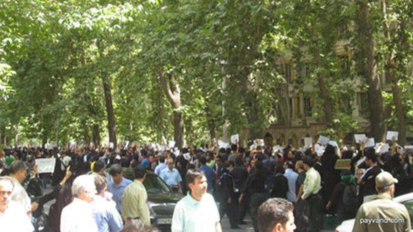 Mehrere Hundert Iraner haben gestern vor dem Gebäude der UN in Teheran demonstriert