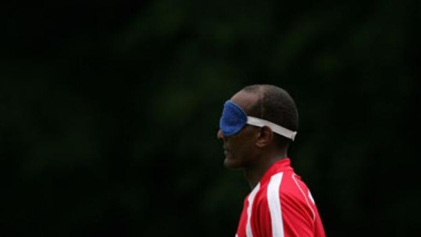Blindenfussball: Trotz Schlafmaske - was man im Blindenfußball nicht sehen will, ist Schlafwagenfußball