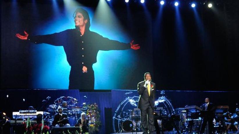 Abschied von Michael Jackson: Einer der wenigen bewegenden Momente im Staples Center: Jermaine Jackson singt vor dem Sarg seines verstorbenen Bruders (vorne rechts)