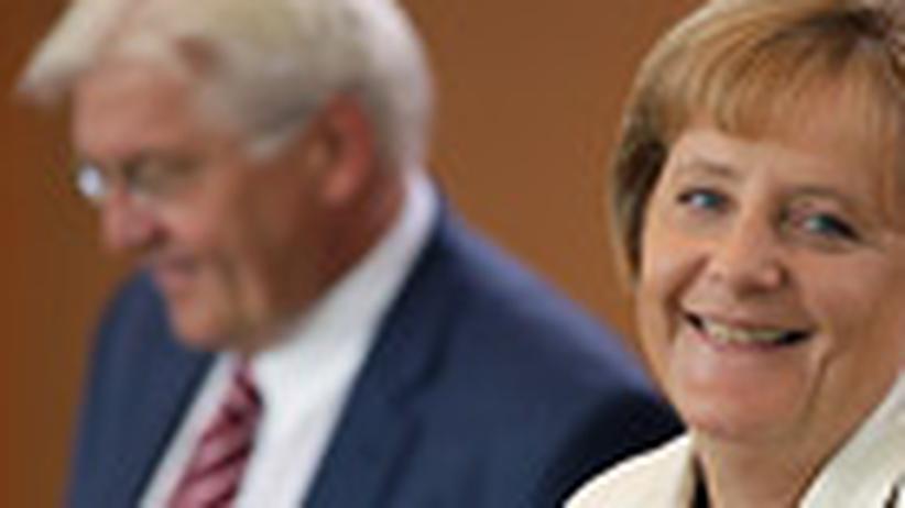 Merkel im Wahlkampf: Die Kanzlerin umschlingt ihre Gegner