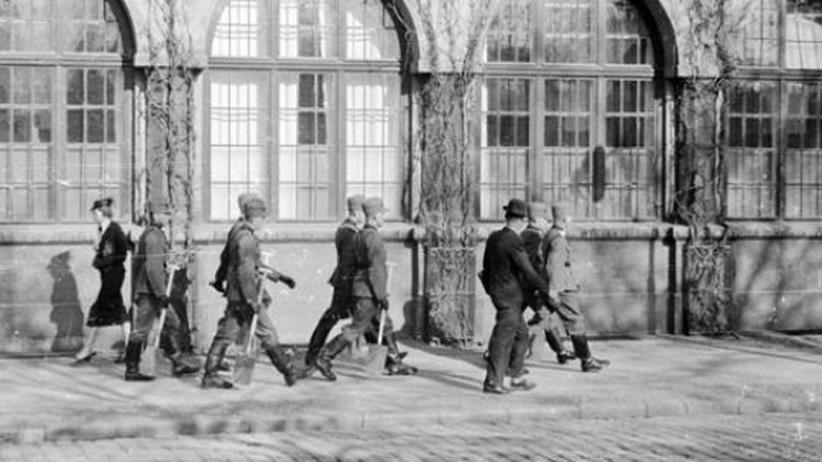 Besetztes Polen: Eine Gruppe von Wehrmachtsoldaten marschiert am 24. Juni 1939 durch Danzig