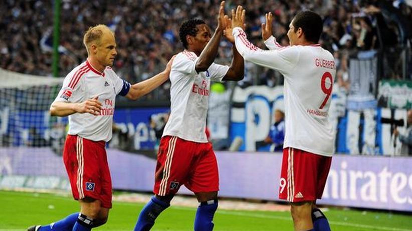 Paolo Guerrero (r.), David Jarolim und Zé Roberto (M.) freuen sich über die Tabellenführung des HSV