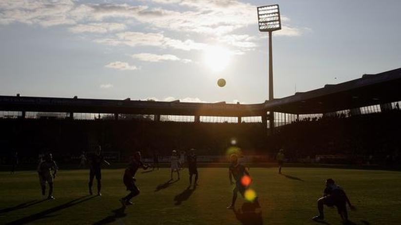 Das Stadion des VfL Bochum im Abendlicht. Der zweite Platz in der ZEIT ONLINE Stadion-Rangliste sorgte in Bochum für Begeisterung