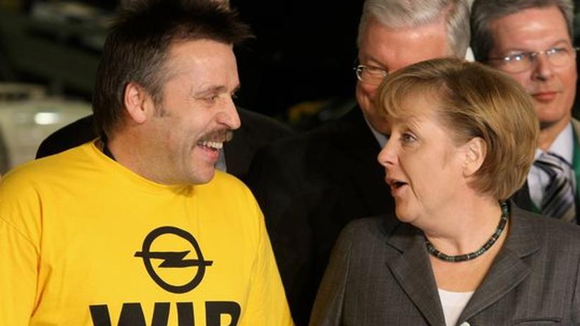 Kanzlerin Merkel und ein Opel-Arbeiter im Rüsselsheimer Werk