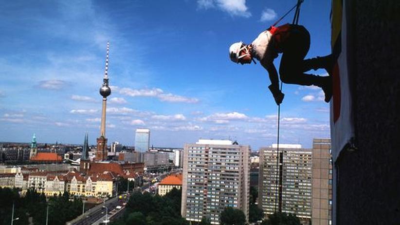 """""""24h Berlin"""": An einem Tag in Berlin passiert auch Aufregendes, wie in den Minuten, in denen dieser Climber eine Hochhausfassade hinunterklettert."""