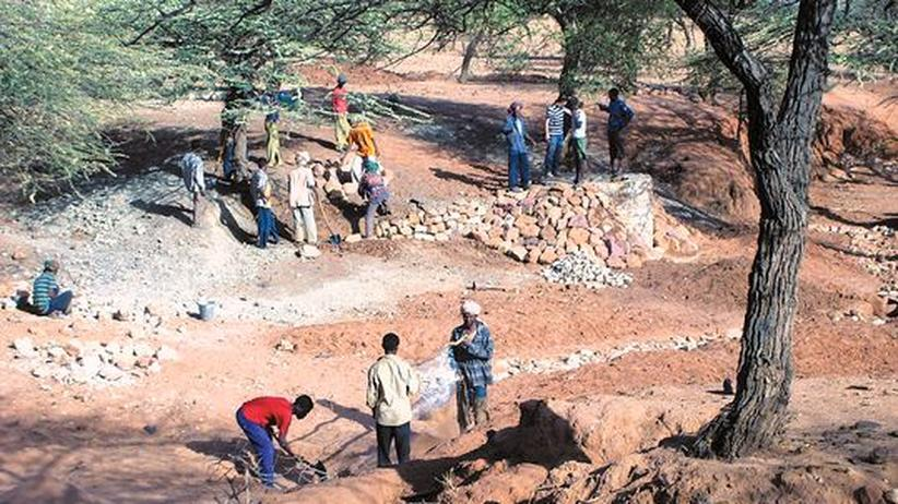 Entwicklungshilfe: Die Dorfbewohner bauen mit