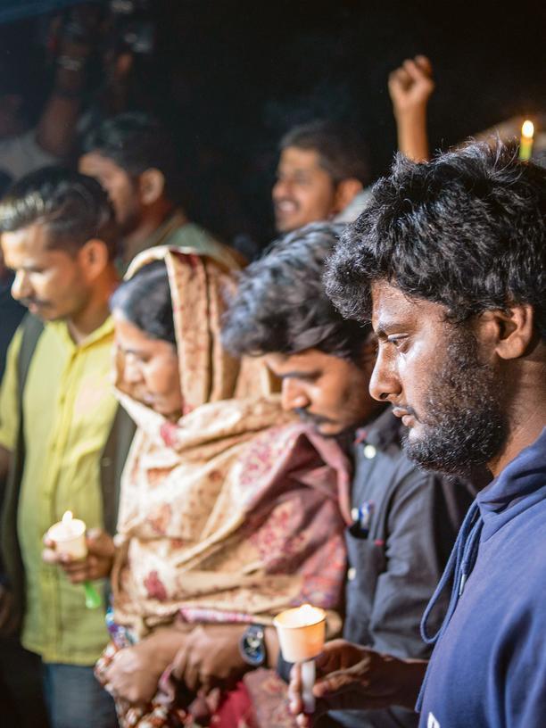 Indien: Lichterdemonstration am Geburtstag von Rohith Vemula. Im Bild Rohiths Mutter und Bruder (im Hintergrund) und Donda Prashand (Vordergrund)