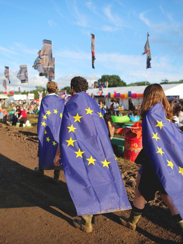 Europäische Identität: Revellers wrapped in European Union flags walk at Worthy Farm in Somerset during the Glastonbury Festival, Britain, June 22, 2016. REUTERS/Stoyan Nenov
