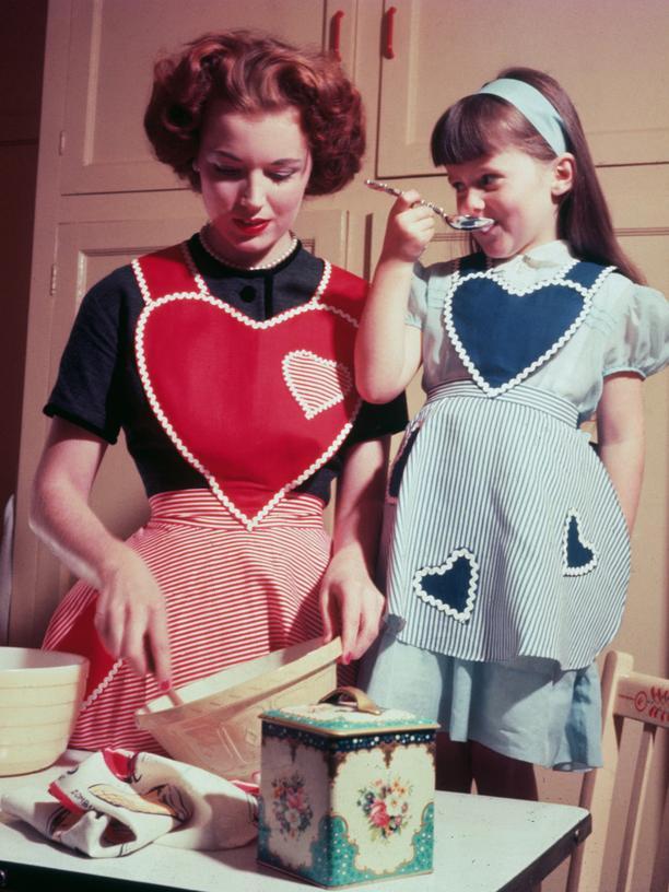 Eine Hausfrau mit Kind in den 50er Jahren