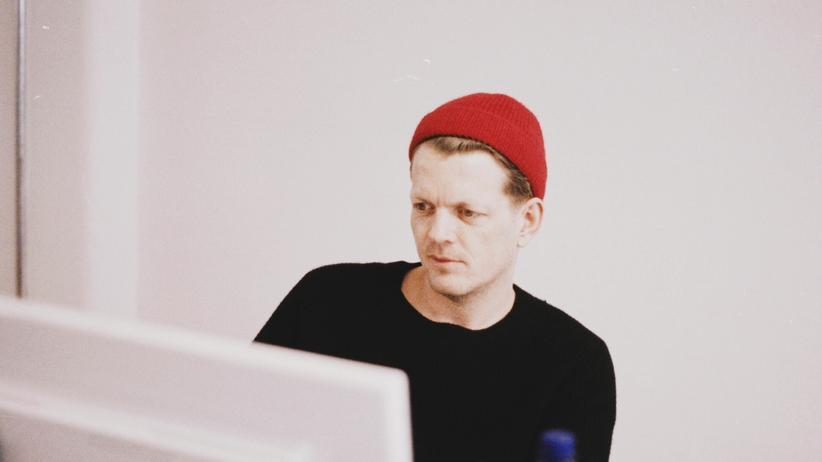 Ein Mann schaut skeptisch auf seinen Computerbildschirm