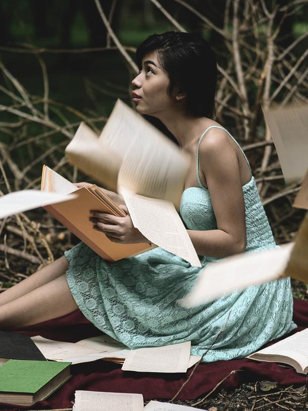 Eine junge Frau umgeben von Papier