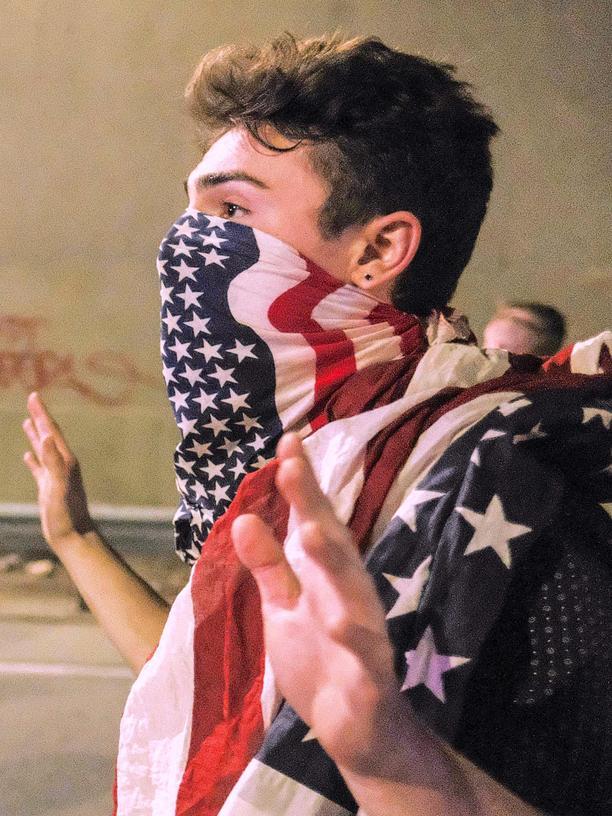 ziviler-ungehorsam-usa-donald-trump-protest-flagge