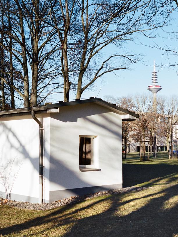 Freiräume an der Universität: RANDOM WHITE HOUSE – Auf dem Campus Westend der Uni Frankfurt steht ein weißes Haus.