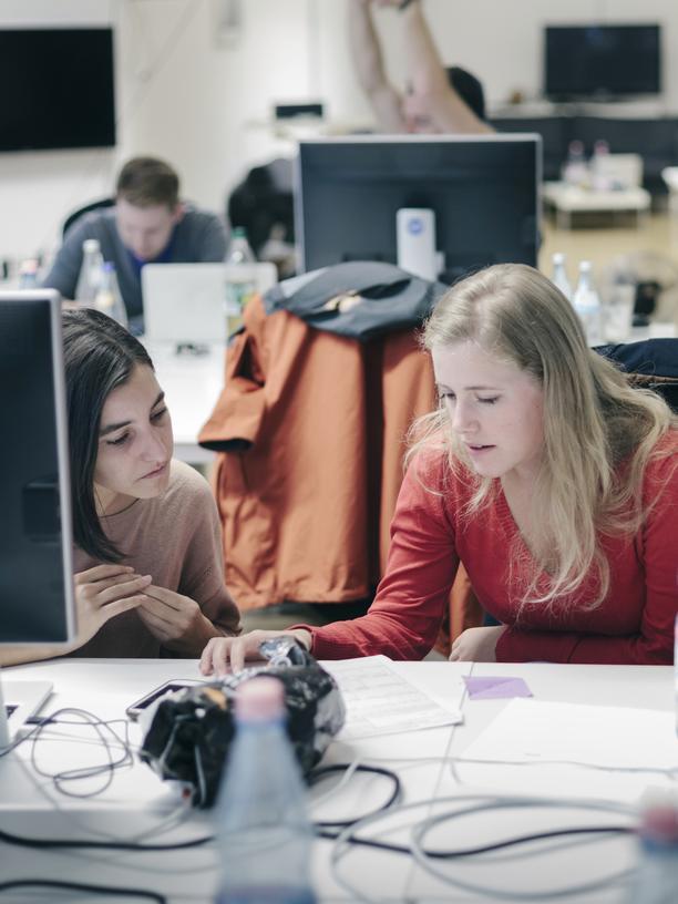 Programmieren: Frauen lernen gemeinsam vor Computern