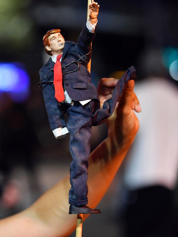 Joachim Radkau: Antoinette Gaggero holds a Trump figurine making a Hitler salute that she found during an anti-Trump protest in Oakland, California on November 9, 2016.