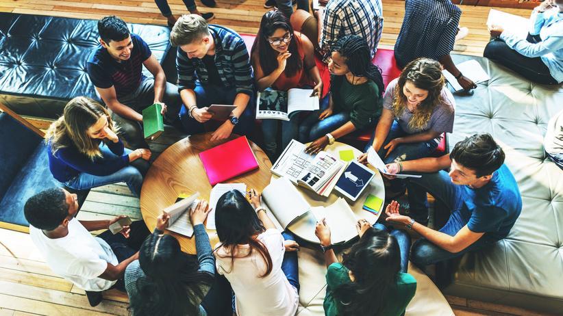 Manfred Prenzel: Warum nicht auch die Lehre verbessern ? Studenten und Studentinnen in einer Bibliothek