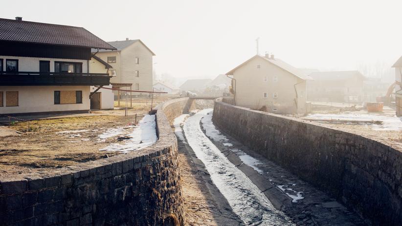 Simbach am Inn: Auf den ersten Blick fließt der Simbach heute so ruhig, als wäre nie was gewesen.