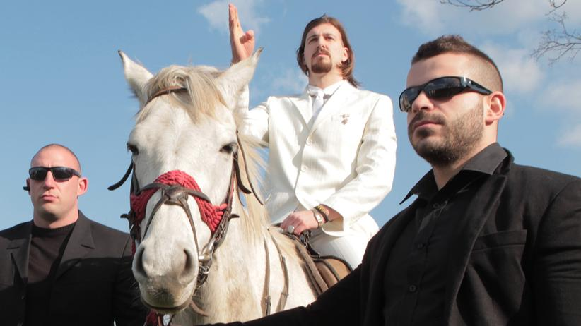 Serbien: Belis Propagandabild: ein weißer Anzug und ein Schimmel