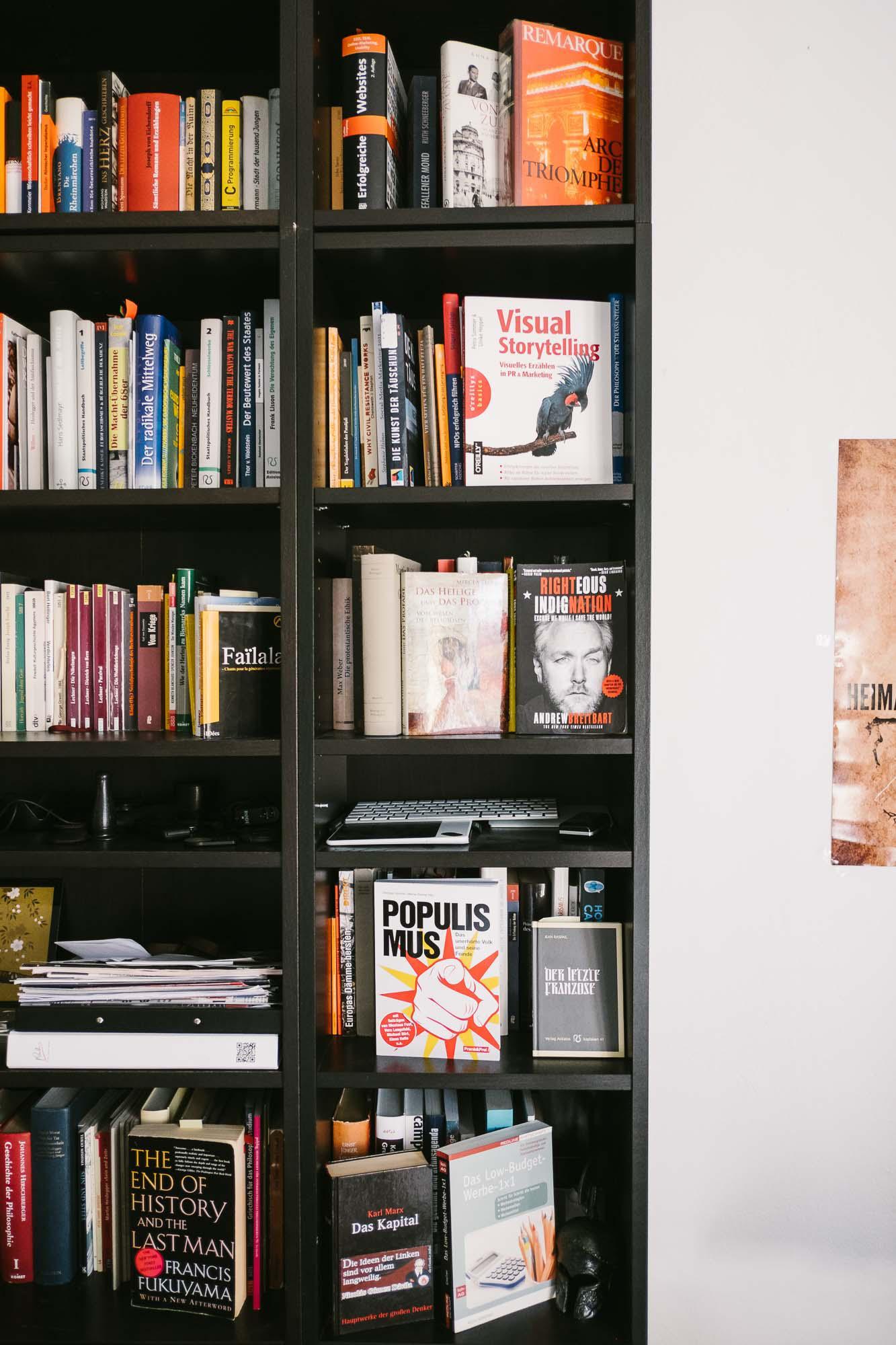 """Martin Sellner: Bekannt aus YouTube: Das Zimmer von Martin Sellner, in dem er einige seiner Videos drehte. Im Regal stehen Bücher über politische Theorie und """"Visual Storytelling""""."""