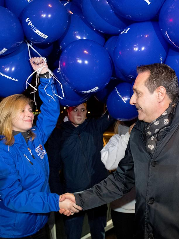 Nationalratswahl in Österreich: Chairman of the Freedom Party of Austria (FPOe), Heinz-Christian Strache greets supporters as he arrives at Austrian Puls 4 private television station before a campaign televised debate in Vienna, Austria on October 8, 2017. / AFP PHOTO / JOE KLAMAR        (Photo credit should read JOE KLAMAR/AFP/Getty Images)