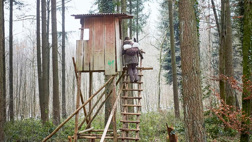 Jagdschein: Jagen heißt auch warten: Marion besteigt den Hochsitz.
