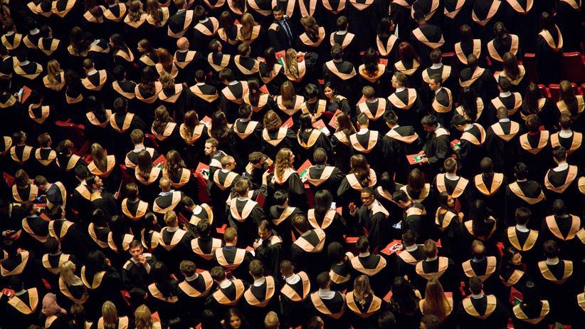 Diskriminierung im Staatsexamen: Absolventen an einer Hochschule
