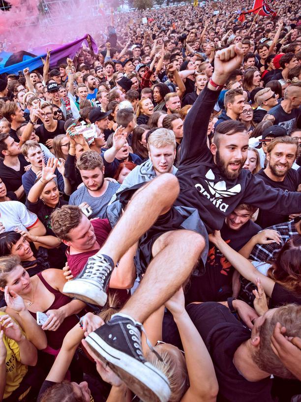 Chemnitz: Chemnitz - Wir sind mehr . Begeistertes Publikum während des Konzertes gegen Rechtsradikalismus und Fremdenhass Wir sind mehr am 03.09.2018 in Chemnitz.