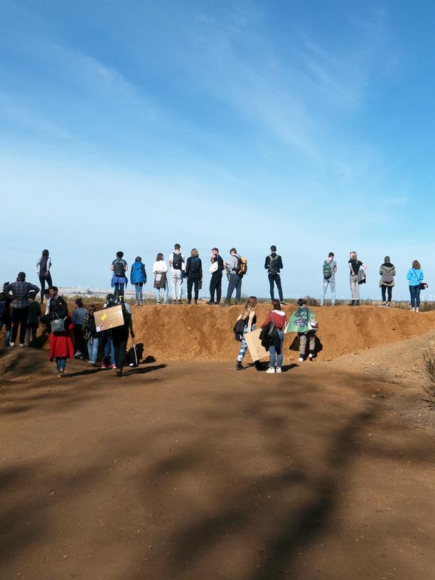 Hambacher Forst: Teilnehmende auf dem Wall an der Rodungskante