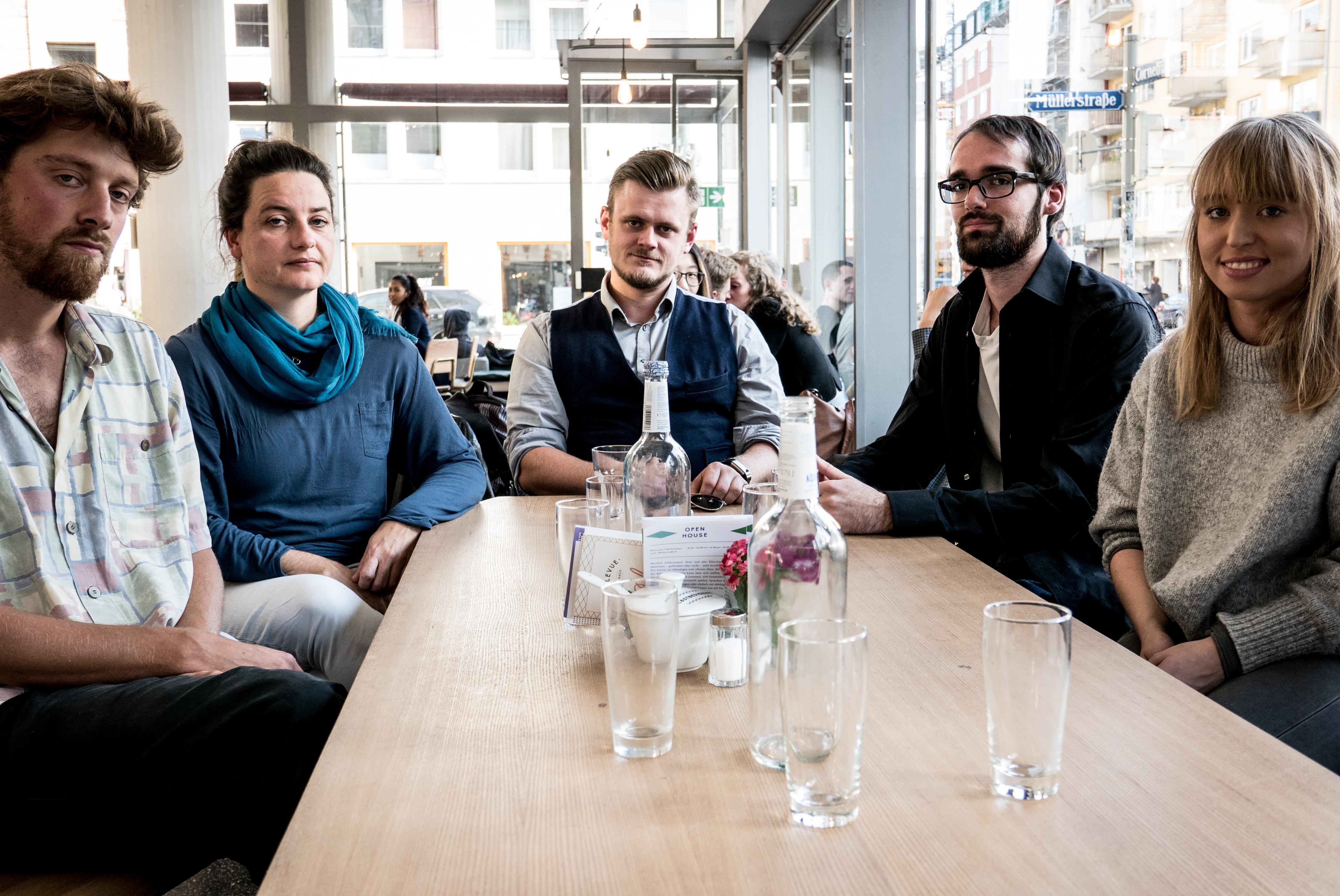 Landtagswahl: Die Interviewten von links nach rechts: Julian Prugger (Künstler und Aktivist), Maria Hafner (Musikerin), Jörg Brühmann (Biologe), Andreas X (Anarchist), Vroni Bittenbinder (Musikerin)