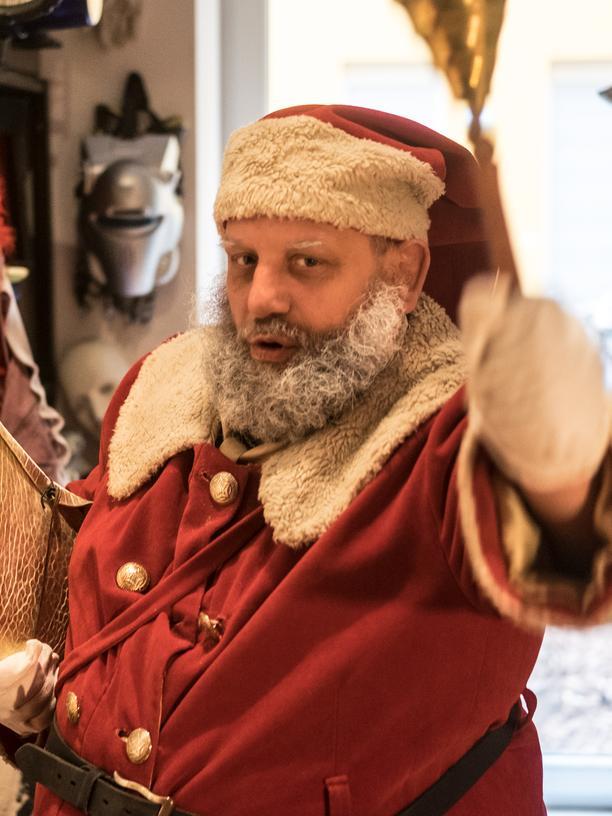 Stephan Antczack, geboren 1966, ist Theaterpädagoge, Geschichtsvermittler und psychiatrischer Pfleger. Er trainiert Weihnachtsmänner und Clowns. Für das Berliner Studierendenwerk organisierte er die Weihnachtsmannvermittlung.