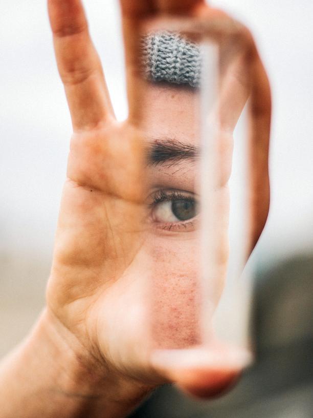 Zeitempfinden: Warum hängen wir ständig am Handy? Weil wir uns selbst nicht mehr aushalten, sagt Zeitforscher Marc Wittmann und erklärt, wie das Smartphone unser Zeitgefühl verändert.