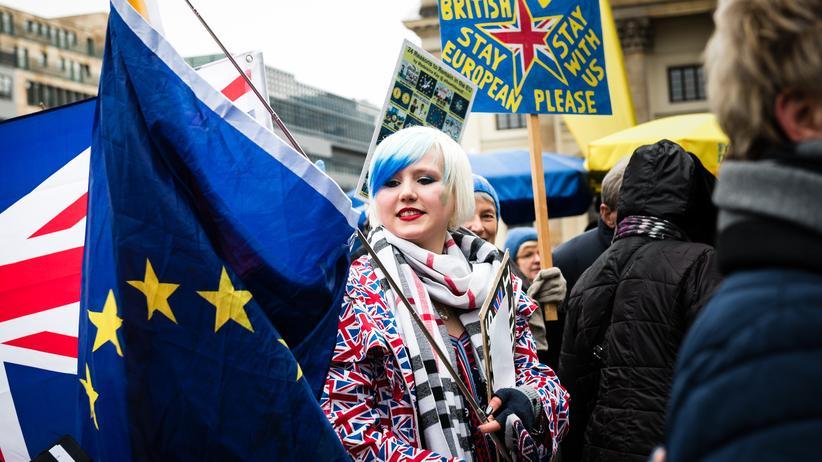 Madeleina Kay: Madeleina hat eine EU-Flagge nach Berlin mitgebracht. Ihr Protest soll bunt und positiv sein, den Menschen Hoffnung und Inspiration geben.
