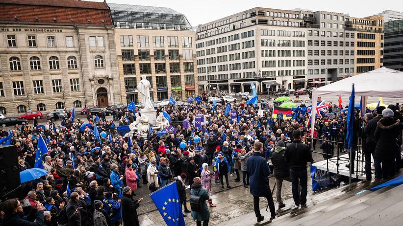 Madeleina Kay: Teilnehmerinnen und Teilnehmer der Pulse-of-Europe-Kundgebung stehen vor der Bühne auf dem Gendarmenmarkt in Berlin.