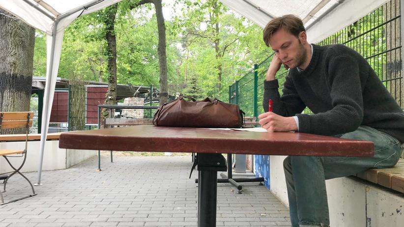 Volt: Damian Boeselager bereitet sich auf seinen Auftritt im Parkclub Fürstenwalde vor: 56 Fragen über Europa könnten ihm auf der Bühne gestellt werden, er will auf jede einzelne eine Antwort haben.